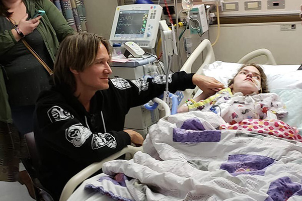 Article image for WATCH | Keith Urban surprises dying fan