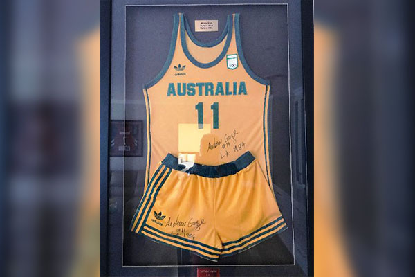 Article image for Basketball legend's Olympic Games uniform auctioned off for bushfire relief