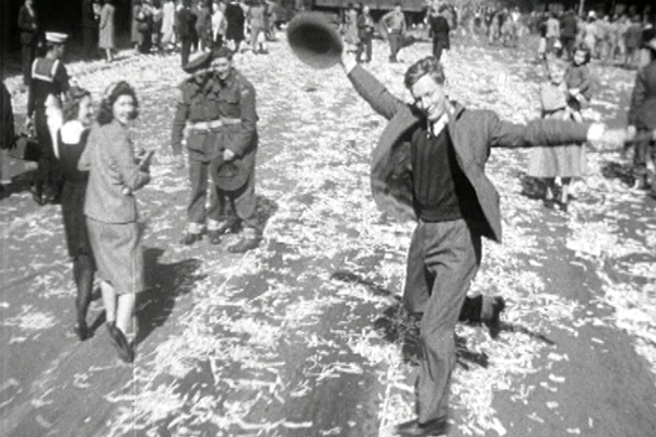 Article image for Ray Hadley's incredible call from woman immortalised in WWII photo