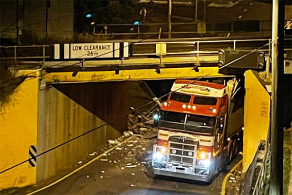 Article image for Tuesday traffic delays as truck wedged under Corinda bridge