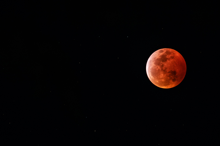 Article image for Stargazers in for a treat tonight with rare 'super blood moon'