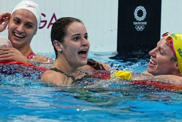 Article image for Kaylee McKeown's 'hype women' react to Olympian's record gold swim